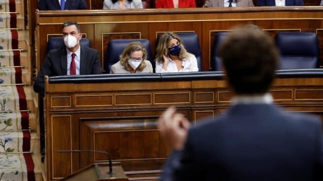 Casado se dirige a Sánchez en la sesión de control al Gobierno.