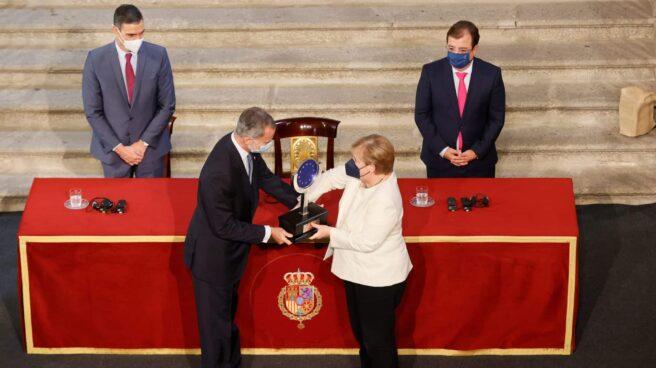 Merkel recibe el Premio Carlos V de manos del Rey.