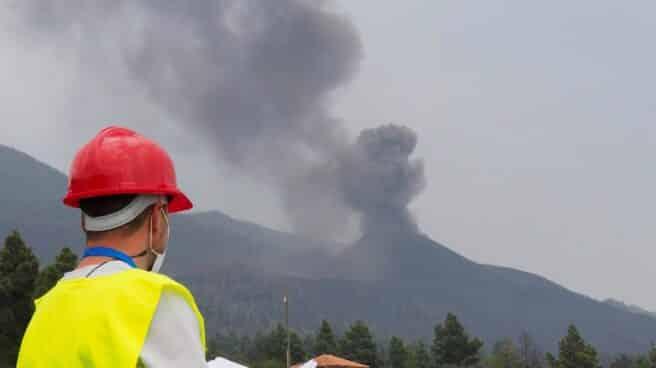 El trabajo que científicos e investigadores está resultando clave en la gestión de la crisis del volcán de Cumbre Vieja. En la foto, un científico de una de las Universidades de Castilla-La Mancha recoge información sobre el terreno del cráter del volcán de La Palma.