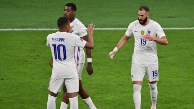 Benzema y Mbappé celebran un gol de Francia frente a España