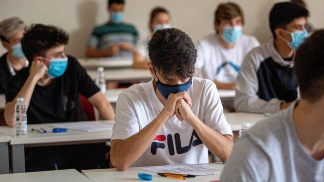 Alumnos con mascarilla en el aula