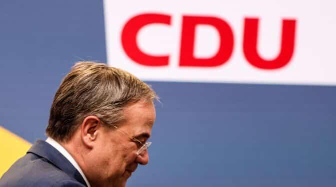 El 'delfín' de Merkel anuncia su retirada a plazos en plena crisis de la CDU