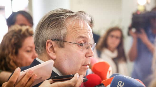 El concejal socialista Antonio Miguel Carmona ofrece declaraciones a los medios en el Edificio de Grupos del Ayuntamiento de Madrid.