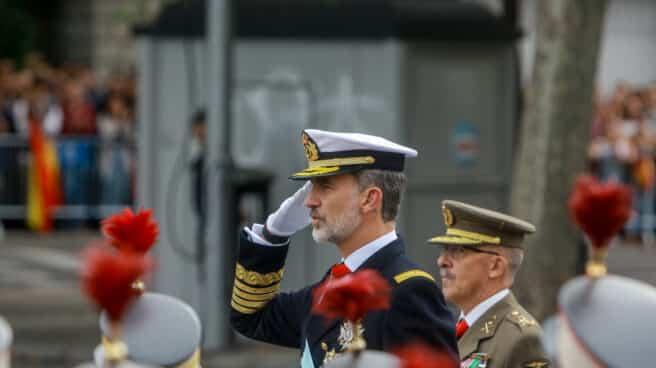 El rey Felipe VI saluda a las tropas durante el desfile militar por el Día de la Fiesta Nacional, en Madrid a 12 de octubre de 2019.