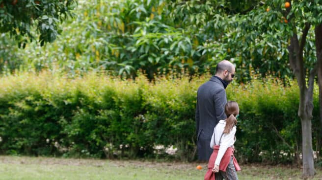 Un padre con su hija paseando por el Parque de Maria Luisa