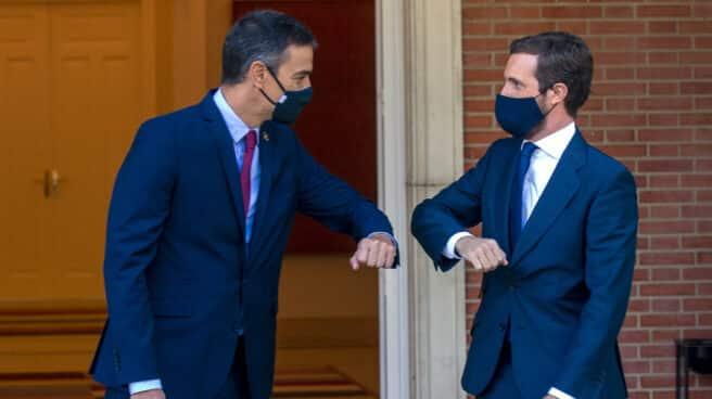 El presidente del Gobierno, Pedro Sánchez y el presidente del PP, Pablo Casado, se saludan con el codo en el Palacio de Moncloa