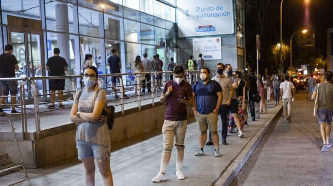 Gente haciendo cola en el vacunódromo establecido en el Wizink Center de Madrid para la vacunación Covid.