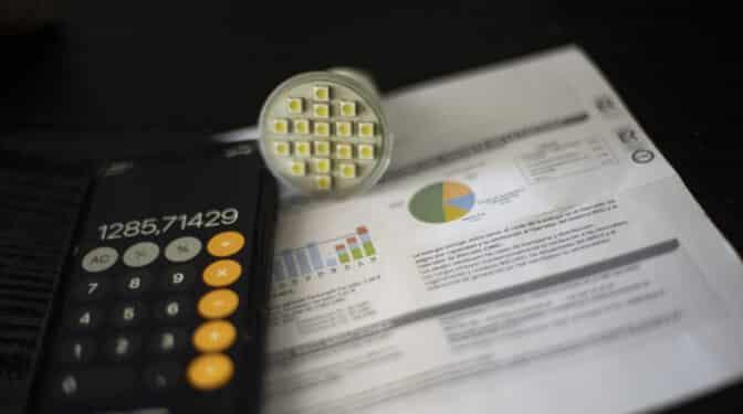 El precio de la luz se desboca a otro récord histórico y sube 60 euros en un día