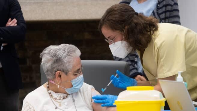 Los ancianos de residencias reciben la tercera dosis de la vacuna del Covid.