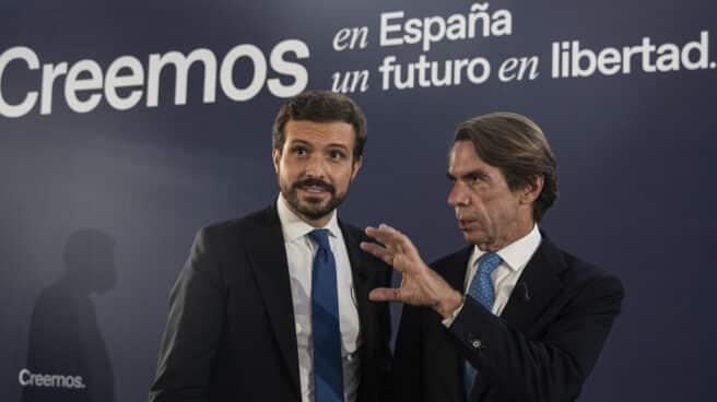 El presidente del PP, Pablo Casado (d), y del expresidente del Gobierno José María Aznar (i).