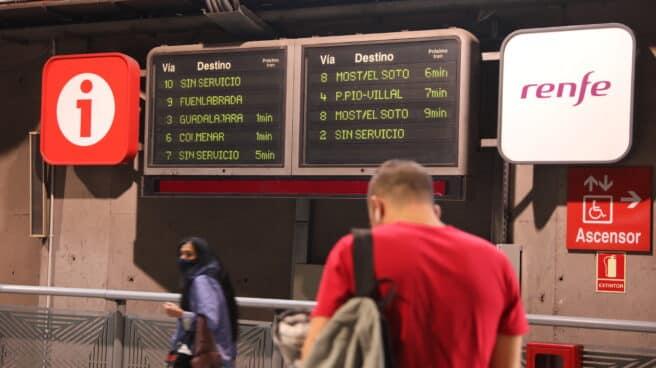 Pasajeros en la estación de Atocha (Madrid).