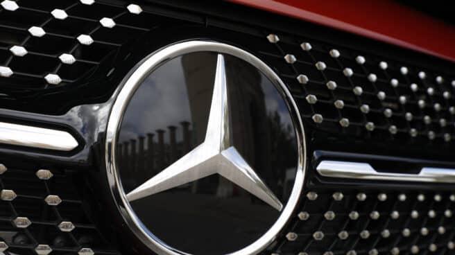 El logo de Mercedes-Benz.