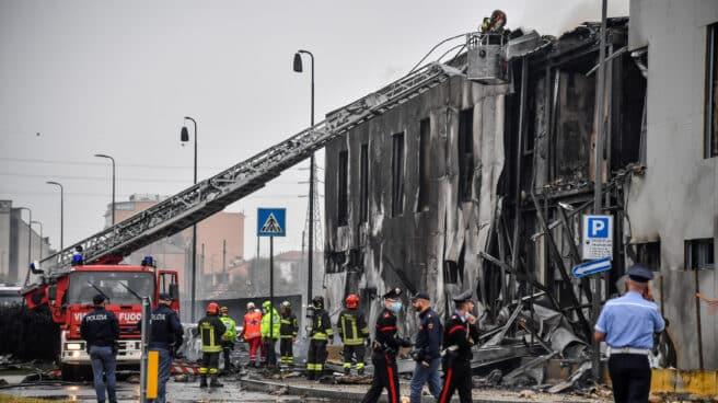 Avión del centro comercial se estrella contra un edificio de oficinas cerca de Milán