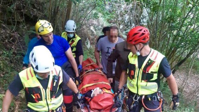 Bomberos rescatando al niño de 12 años que se cayó haciendo barranquismo