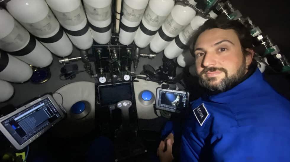 El español Héctor Salvador, dentro del submarino con el que descendió a casi 11.000 metros de profundidad