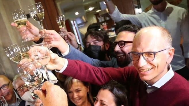 Enrico Letta, líder del Partido Democrático, celebra la victoria de sus candidatos en las municipales