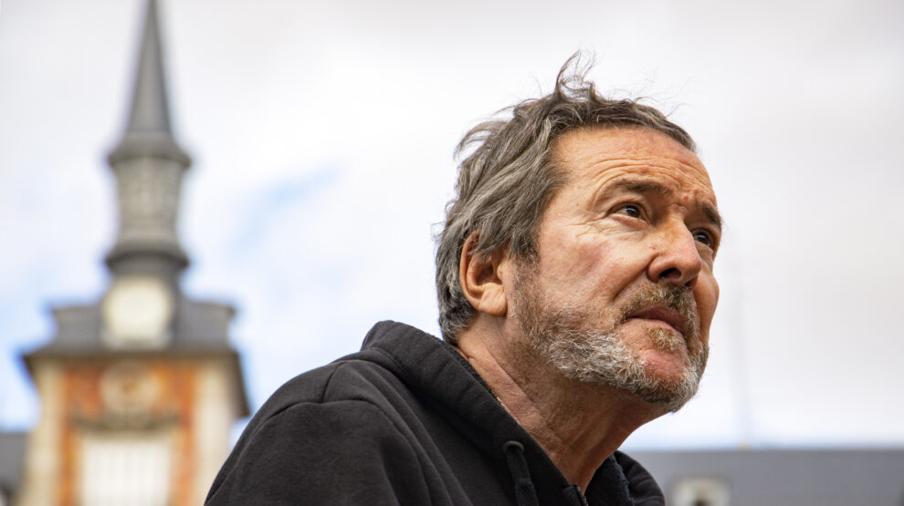 El escritor Juan José Benítez, durante su entrevista con El Independiente en la Plaza Mayor de Madrid