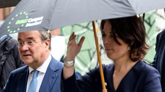 El conservador Armin Laschet bajo el paraguas de la ecologista Annalena Baerbock