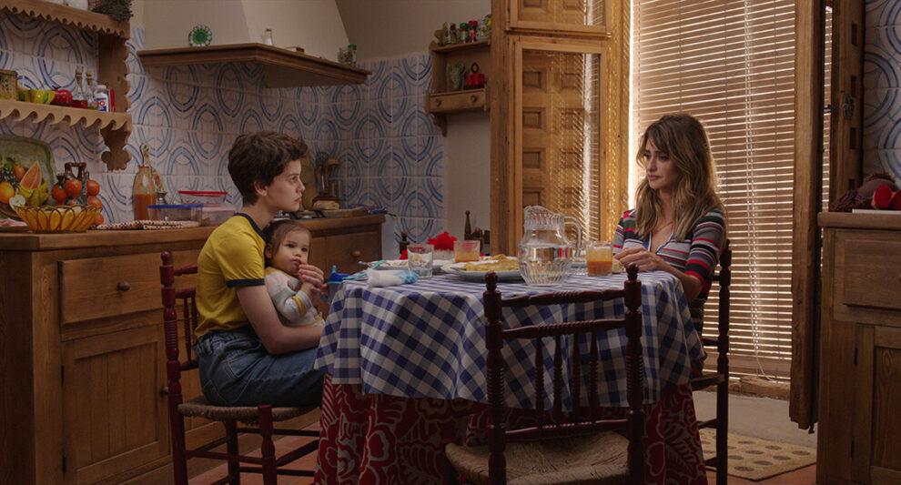 escena de Madres paralelas con Milena Smit y Penélope Cruz