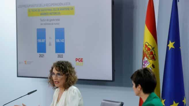La ministra de Hacienda, María Jesús Montero (i), y la ministra de Política Territorial y portavoz del Gobierno, Isabel Rodríguez, dan una rueda de prensa tras el Consejo de Ministros extraordinario.