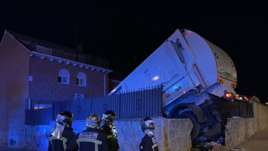 Un camión de la basura pierde el control y cae a la piscina de una vivienda en Parla