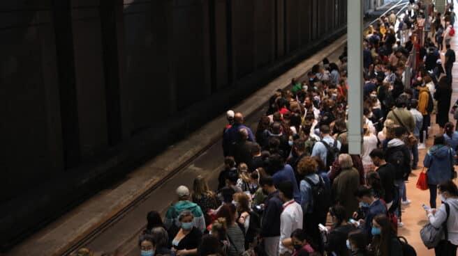 Pasajeros esperan en un andén de Atocha en el segundo día de huelga de los maquinistas.