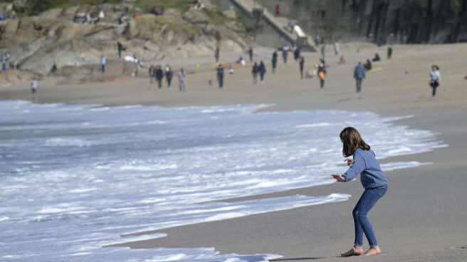 Varias personas disfrutan del buen día en A Coruña