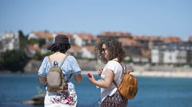 Dos mujeres en el paseo marítimo de la playa de Sanxenxo