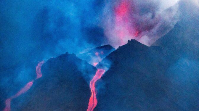 La nueva colada de lava lleva bloques de roca del tamaño de un edificio de tres pisos