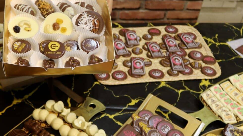 Imagen de varias bandejas con chocolate.