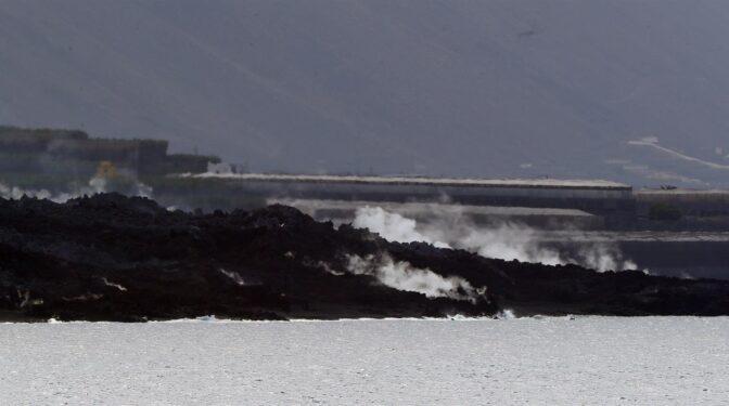 Las nuevas coladas del volcán arrasan una fábrica de cementos y obligan a confinar a 3.000 personas