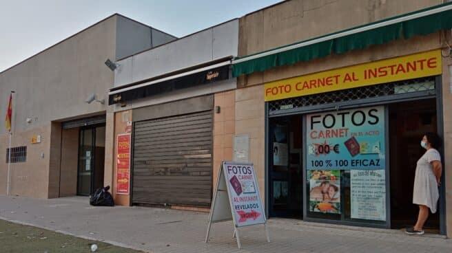 Tienda de fotos junto a la comisaría sevillana de Tablada, una de las que más DNI expide del país.