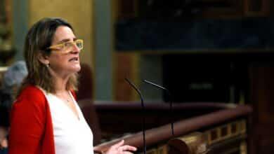 Ribera calma a las eléctricas pero no las librará del hachazo fiscal de 2.600 millones