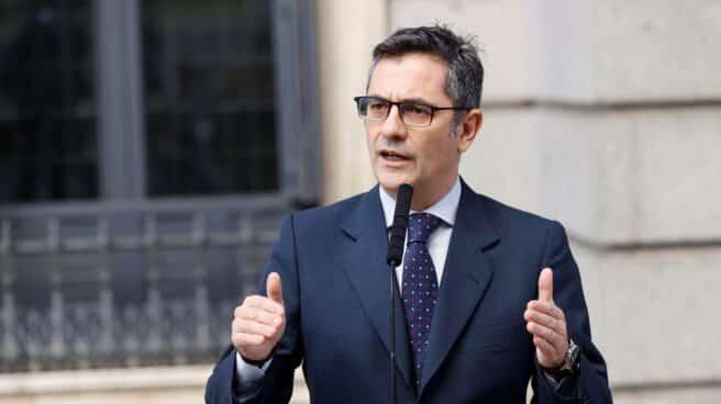 El ministro de Presidencia, Félix Bolaños, atiende a la prensa a las puertas del Congreso de los Diputados durante una nueva sesión de control al Gobierno este miércoles.