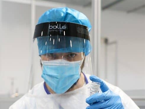 Un profesional sanitario sostiene un frasco con la vacuna contra el COVID-19