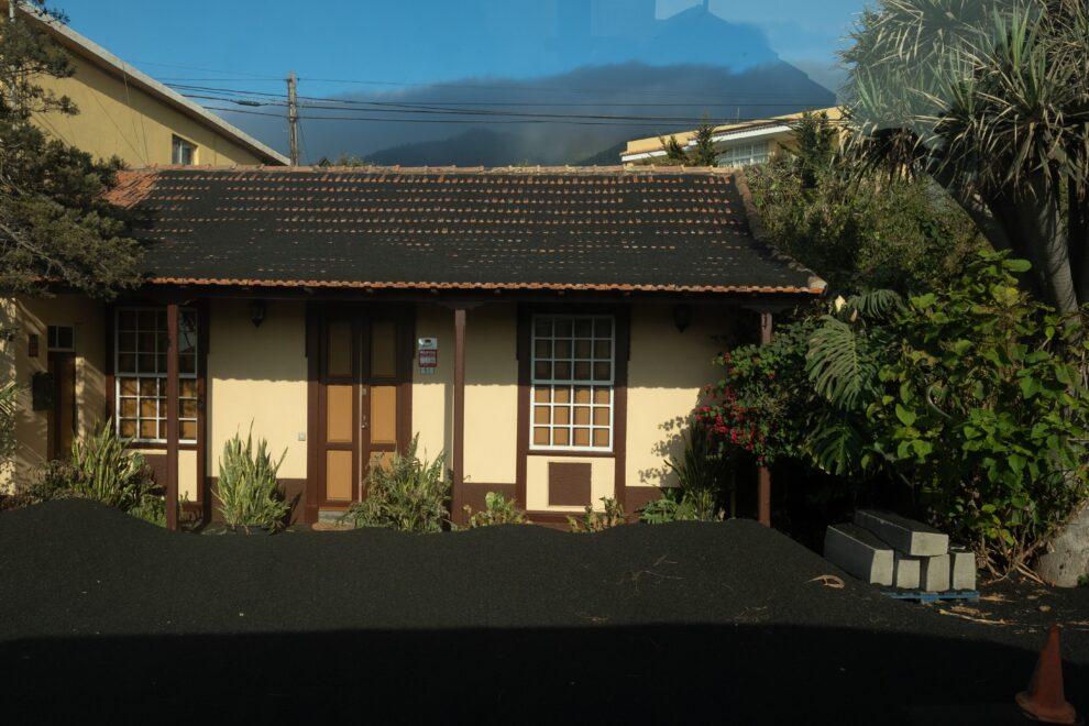 Una gruesa capa de ceniza y escoria cubre el techo de las viviendas del barrio de Las Manchas, en La Palma.