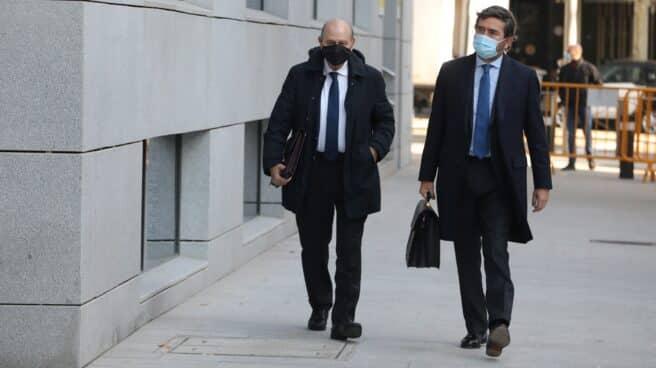 El ex ministro Fernández Díaz (i) acude a declarar a la Audiencia Nacional junto a su abogado.