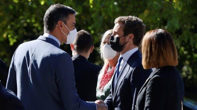 Sánchez y Casado se saludan en la entrega del Premio Carlos V a Merkel.