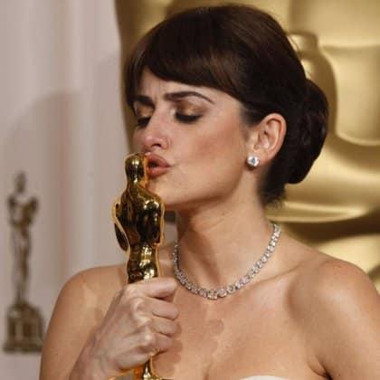"""Penélope Cruz besando la """"estatuilla"""", el Oscar ganado por 'Vicky Cristina Barcelona'"""