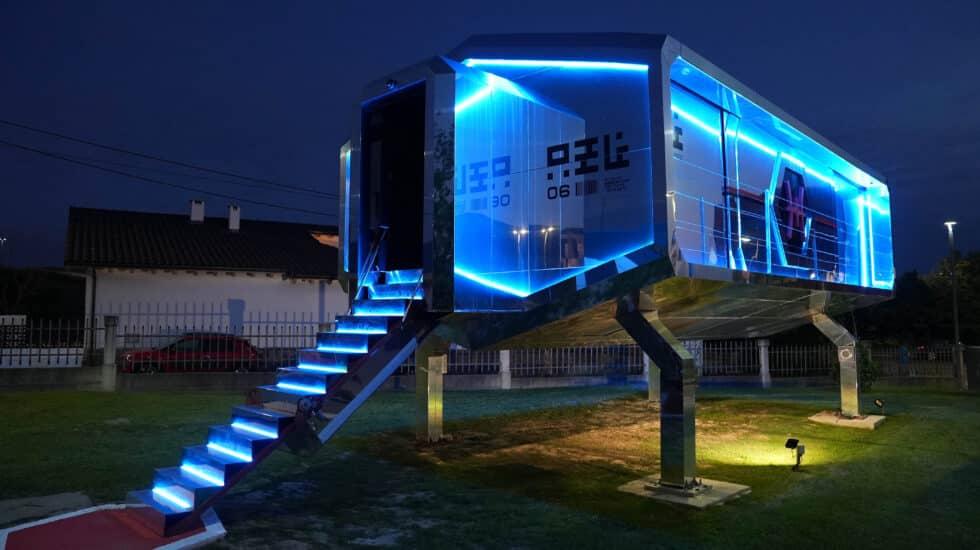 El modelo de la CyberHut, con iluminación nocturna