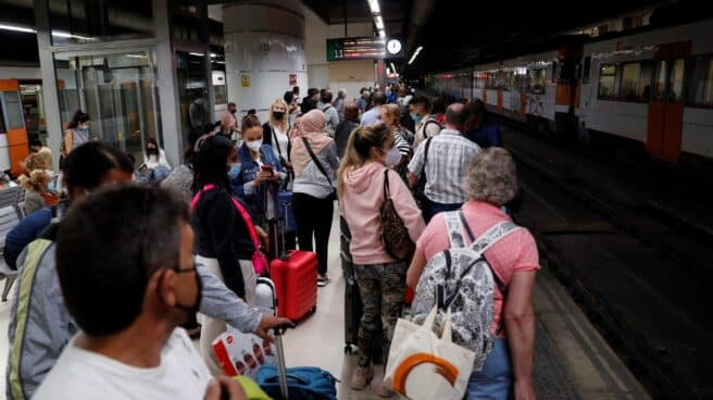 """Decenas de pasajeros esperan la llegada de algún tren este jueves durante la huelga de maquinistas convocada por el sindicato Semaf que está provocando una jornada de caos en Rodalies por el """"incumplimiento"""" de los servicios mínimos, que ha supuesto la supresión de más de 80 trenes, el cierre puntual de algunas estaciones y la interrupción de la circulación en la estación de Sants"""