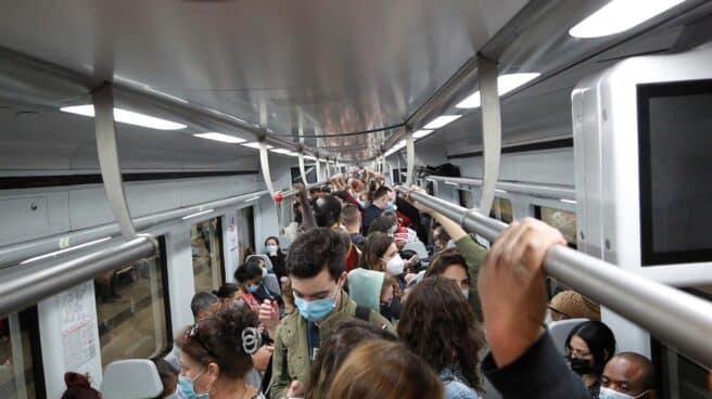 Pasajeros en uno de los trenes de cercanías de la estación ded Chamartín, en Madrid, en la segunda jornada de la huelga de maquinistas convocada por el sindicato Semaf, que este viernes ha dejado sin circulación a 179 trenes que tenían que cumplir los servicios mínimos.