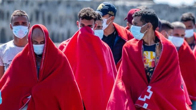 Migrantes magrebíes, atendidos por la Cruz Roja tras desembarcar en un puerto español.