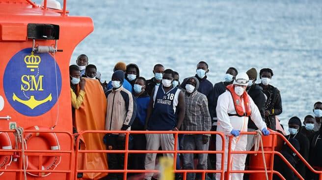 Migrantes llegan a tierra tras el rescate del buque Salvamar 'Mizar' a una patera en aguas de Fuerteventura.
