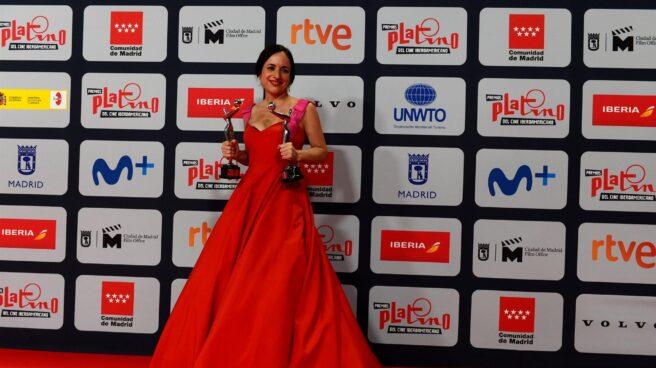 """La directora chilena Maite Alberdi posa con sus dos premios por """"El agente topo"""", durante la ceremonia de entrega de los Premios Platino del Cine y el Audiovisual Iberoamericano que se celebra este domingo en Madrid"""