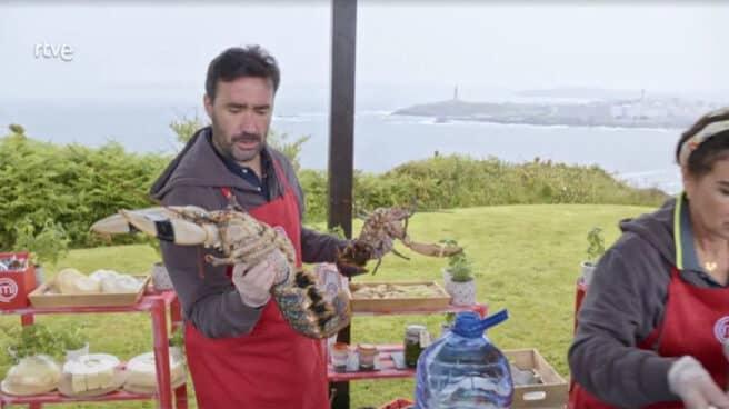 Juanma Castaño enseña el marisco utilizado en el programa