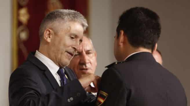El ministro del Interior, Fernando Grande-Marlaska, imponiendo una medalla a un policía.
