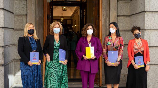 Montero y varias secretarias de Estado entregan los Presupuestos en el Congreso.