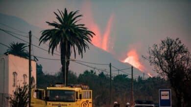 Las nuevas coladas de lava discurren paralelas a las anteriores y arrasan más casas y plantaciones en La Palma