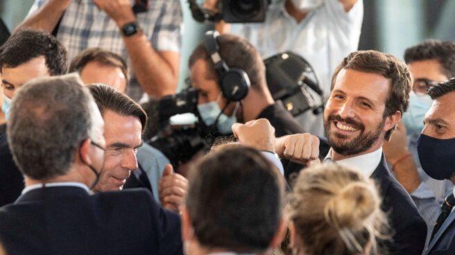 El líder del PP, Pablo Casado (d), y quien fuese su mentor, el ex presidente José María Aznar (i).